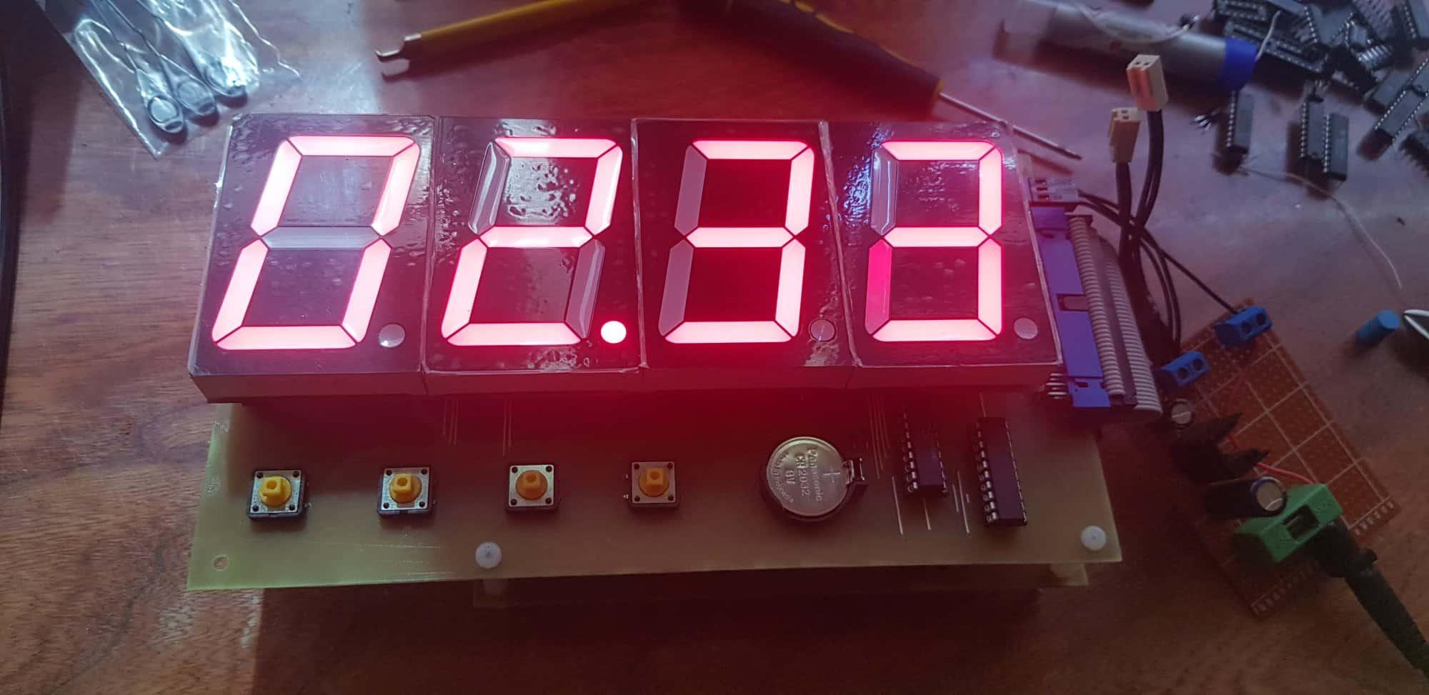 Gadający zegar w stylu retro