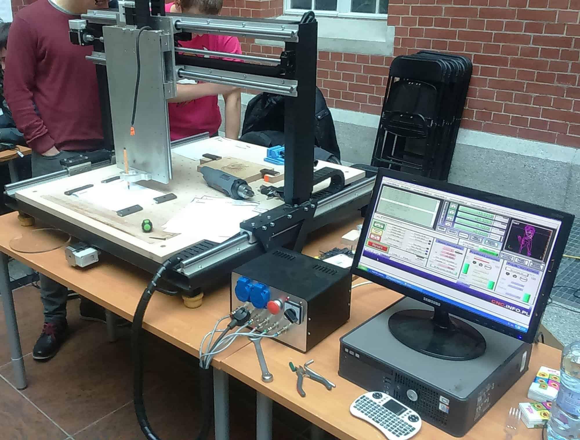 Budowa frezarki CNC na stalowej ramie
