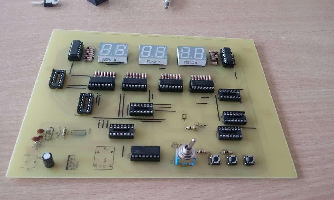 Prototyp zegara opartego na licznikach 74HC393